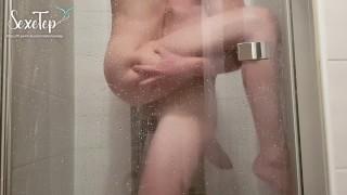 Ich zeige der Kamera, wie ich meine Freundin unter der Dusche ficke
