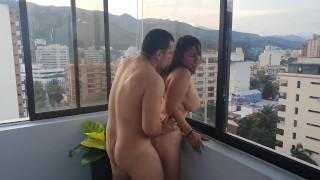 - Big Boobs Me Follan Frente A Todos Mis Vecinos En El Balcón