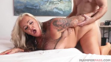 PAWG MILF Kendra Kox Gets Oiled and Fucked