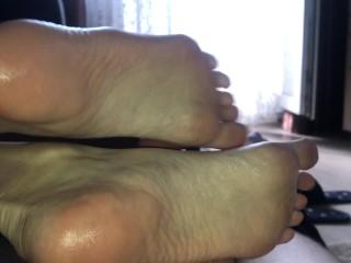 Girl Jerked off the cock with her oily feet before the cumshot – Footjob – FootRelaxxx