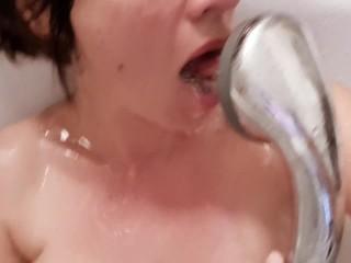 ASMR Eincremen meiner Titten endet im Spiel mit dem Wasserstrahl (nasse Geräusche)