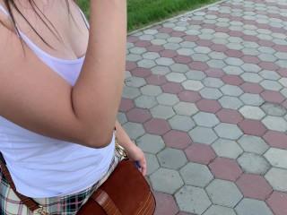 Школьницу спалили в парке! Она гуляет с анальной пробкой и трахает себя вибратором!