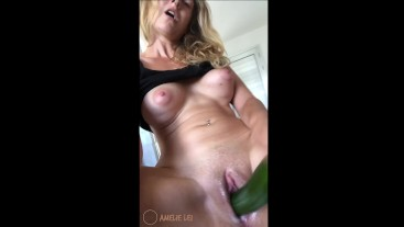Sooo creamy pussy while fucking her with a cucumber!!! Amelie Lei, german amateur