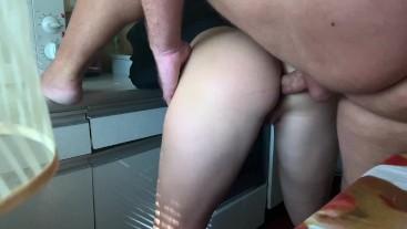 Русские подростки устроили анальный секс с окончанием в рот на кухне