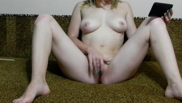 Сексуальная мамочка смотрит лесбийские порно и получает сладки оргазм. Annyblow