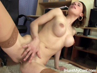 Hot slut Sarah Star rubs her cunt in the office