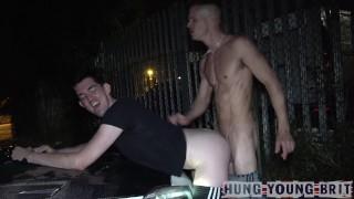 Xxx Porno - Hung Young Brit Dirigir Por Aí Procurando Rapazes Para Foder No Banco De Trás