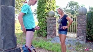 新色情电影 - Big Boobs 摩洛伊斯兰解放阵线抓住年轻的处女家伙抽搐在花园里并帮助他与