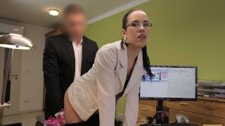 LOAN4K. Chica caliente de la banda de música femenina es follada por un agente de préstamos