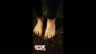 长色情电影 - Playful Feet 拉丁女孩展示了她如何在泥巴,脚/脚底/脚趾中弄湿自己的脚