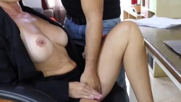 ✅ Jefa Sexy y Cachonda Se Folla a Su Empleado