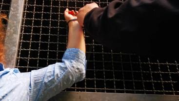 Ans Gitter gefesselt und 100 Schläge auf eine Titte