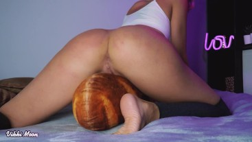 Humping on pillow and shaking big ass and fucking pussy with fingers