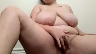 5'1 Chubby bbw girl fucks herself in the bathroom
