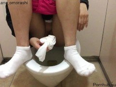 駅のトイレでM字開脚おしっこ