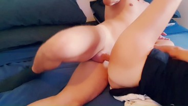She fucks and screams with pleasure ... but the phone rings and she answers