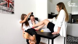 免费色情 - 用两只脚的女神 同事脚 双脚 进行办公室足拜