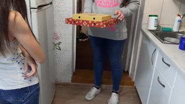 Доставщица пиццы с опозданием доставила мне