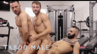 第一部色情电影 - Taboo Male 三个热的野兽科尔比塔克 最大阿多尼斯和扎迪在健身房里有未加工的3Some