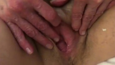 Amateur BiBear helps Beauty with a vibrator in her hairy pussy