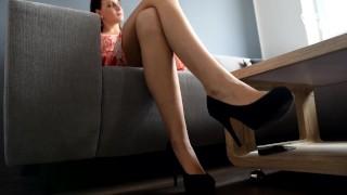 最好的色情录像 - 沉迷于她的脚和鞋子 Pov Pov脚崇拜 性感的脚 裸
