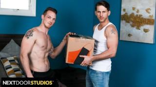 セックスポルノハブ - Next Door Studios - Roman Todd 配達人は大きな荷物を持ってきます