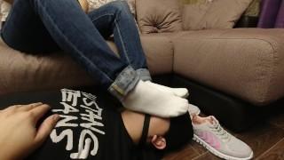 Femdome奴隶堵嘴呆在脸上白袜子亲吻脚情妇