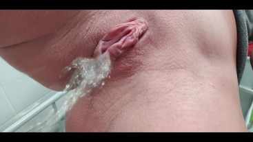 Amateur SHAVED Pussy CLOSE UP PISSING!