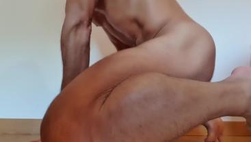 Belo corpo a mexer de forma sensual e a esporrar no final