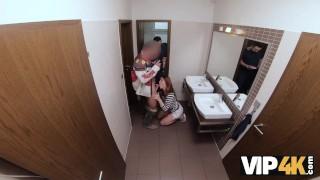 VIP4K Hunter si scopa una splendida rossa nel bagno pubblico