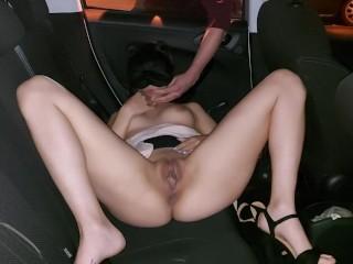 Si masturba in macchina dopo il lavoro e viene interrotta da un guardone che le sborra addosso