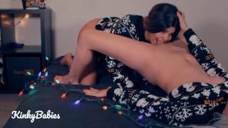 Xxx Porno - Kinky Babies Kleed De Kerstboom Aan En Kleed Me Uit Amateur Hete Lesbische Tribbing