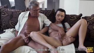 DADDY4K Sexo tabú de viejo y dulce morena termina con semen en la boca