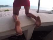 Surprise par un homme à côté de la plage je me doigte devant lui en public