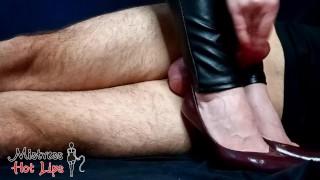 Mistress Hot Lips позволяет ему испортить собственный оргазм и кончить ей на каблуки. Любительское.