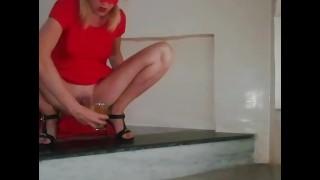 無料のフルポルノ映画 - 階段のクリスタルガラスの中で公共のおしっこをしているTiktok