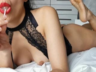 Voglio che ti masturbi guardando il mio spogliarello, il mio buco del culo oleato e la mia lingua hot. Amatoriale italiano dialoghi