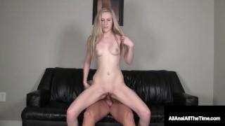 快乐的 19 岁青少年 Ava 肛门张开重击 & 射在里面!