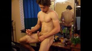 Gratuit Porno XXX - Laslie Chevauche Le Vélo D'exercice Nu, Une Érection Dure Et Du Sperme