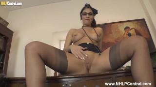 大山雀秘书罗克西·门德斯(Roxy Mendez)在高跟鞋长袜吊带上脱下衣服并在桌子上玩