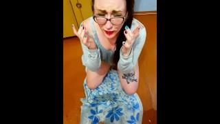 비디오 포르노 - Wet Pussy 그녀는 최악의 오줌 저격수 아니야? [얼굴에 오줌