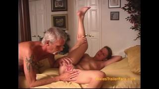 ポルノシリーズ - Dixies Trailer Park - Mystick Moons いくつかの汚い老人によって使用されるトレーラーパークの女