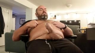 Трубка секс - Папа Мишка Щипает Свои Соски И Снимает Громкую Связь
