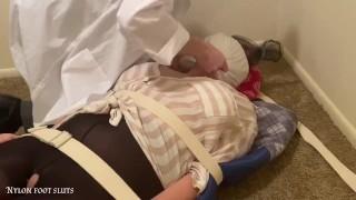 เซ็กซี่ เท้า ถูกกระตุ้นทางเพศโดย ผู้หญิง คนไข้ ใน ทางการแพทย์ พันธนาการ แล้ว spitmask โดย เป็ แกล้ง หมอ ส่วนหนึ่ง