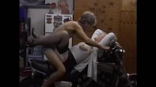 顶级色情片 - Amateur Milf 摩托车性!大约在1999年,热的摩洛伊斯兰解放阵线手淫和在一个雅马哈上乱搞