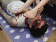 Русская госпожа доминирует над рабом. Он лижет ее ступ�