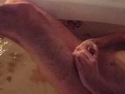 парень дрочит в романтической ванной
