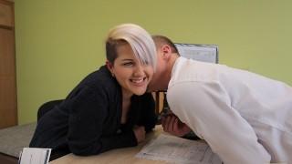 VIP4K Chienne sait que ses charmes sexuels peuvent aider à obtenir un prêt