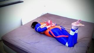 ตัวเอง bondage hogtie ล้มเหลว ใน สีน้ำเงิน และ สีส้ม