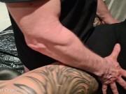 Orgasmus Tortur - MILF wird auf dem Gynstuhl benutzt mit Squirt und Cumshot
